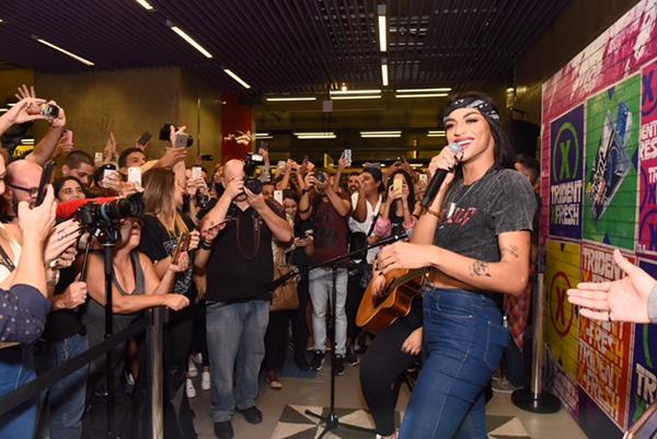 Pabllo Vittar faz pocket show surpresa em metrô de São Paulo